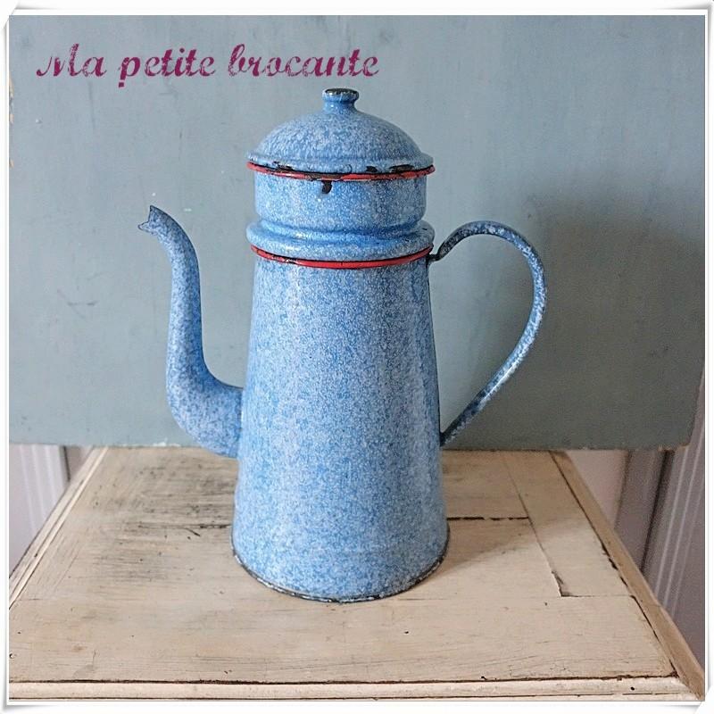 Ancienne cafetière émaillée bleue